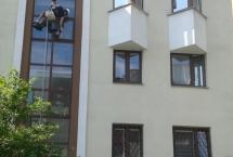 ekipa alpinistów myje okna